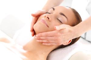 Zabieg kosmetyczny masaż twarzy